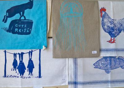 Verschiedene Textilien mit Siebdruckmotiv